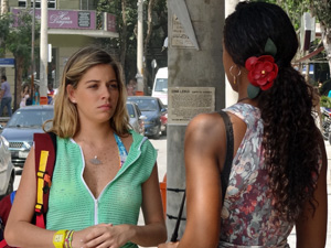 Nanda explica que quer ajudar Leandro (Foto: Fina Estampa/ TV Globo)