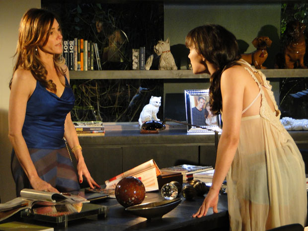 Mãe e filha discutem por causa de Antenor (Foto: Fina Estampa/TV Globo)