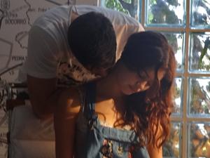 Rafael faz massagem e carinhos em Amália (Foto: Fina Estampa / TV Globo)