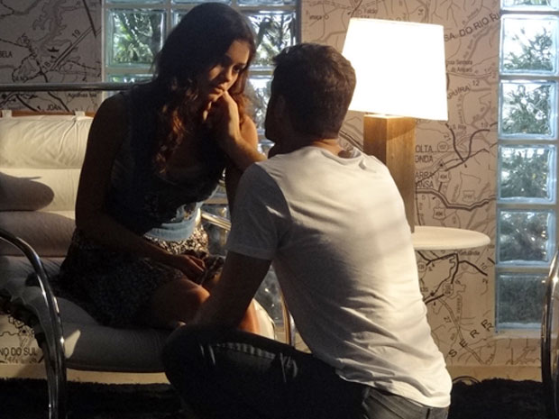 Rafael cria clima romântico e Amália se entrega (Foto: Fina Estampa / TV Globo)