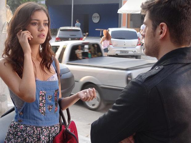 Amália recebe a notícia da morte de Zilá por telefone (Foto: Fina Estampa/TV Globo)