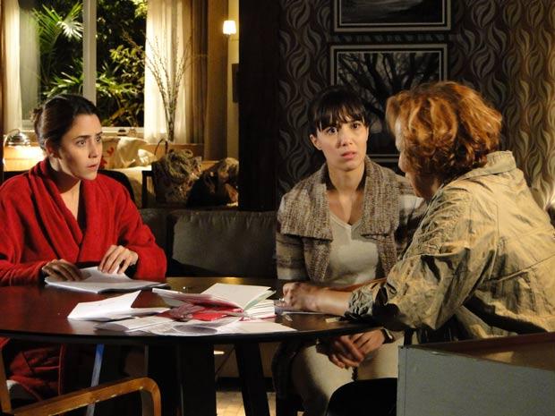 Ana tenta consolar a mãe desesperada (Foto: A Vida da Gente / TV Globo)