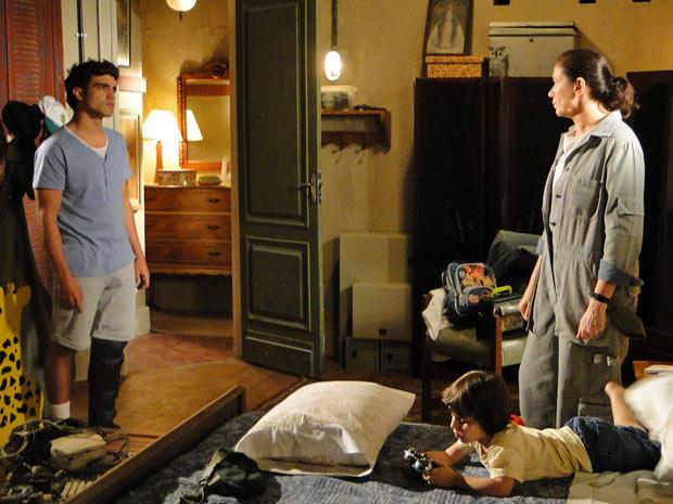 Antenor tenta fazer com que Griselda desista de trabalhar no Le Velmont (Foto: Fina Estampa/TV Globo)