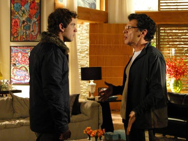 Jonas não aceita o amor de Rodrigo e Ana (Foto: A Vida da Gente / TV Globo)