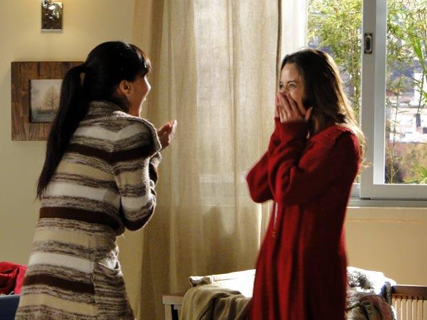 Ana divide sua felicidade com a irmã (Foto: A Vida da Gente / TV Globo)