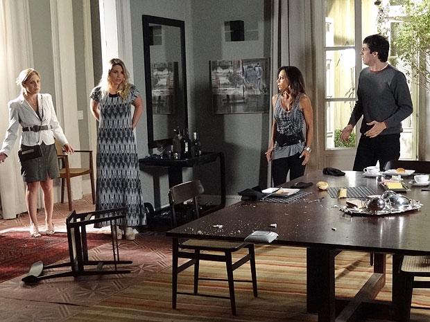Naomi provoca um estrago na mesa ao ter alucinação (Foto: Morde & Assopra / TV Globo)