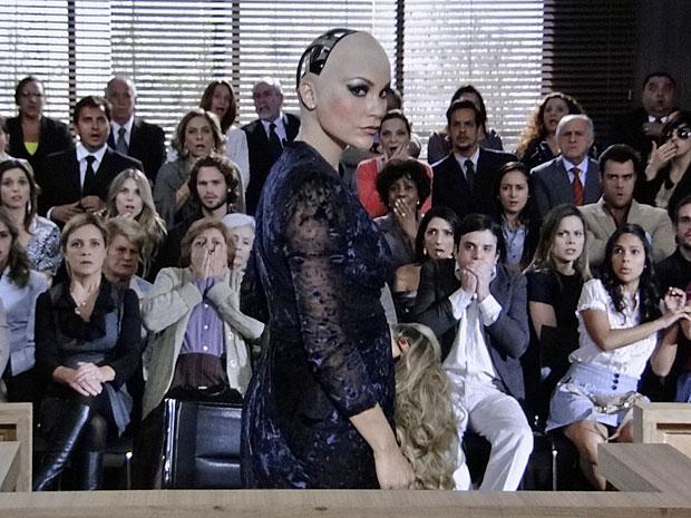 Naomi robô choca ao exibir componentes eletrônicos de sua cabeça (Foto: Morde & Assopra/TV Globo)