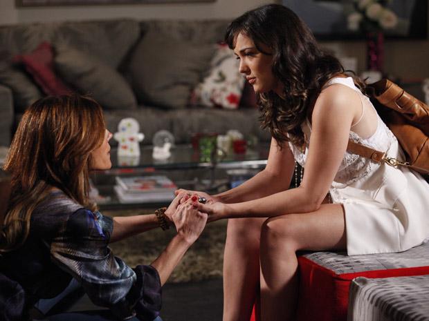 Tereza Cristina toma a iniciativa de conversar com Patrícia (Foto: Fina Estampa/TV Globo)