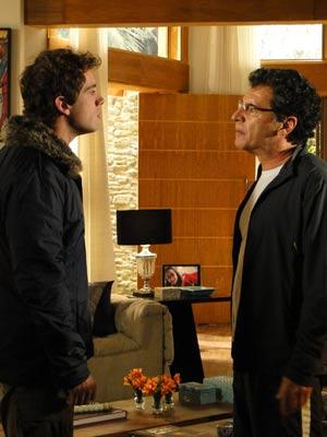 Rodrigo enfrenta o pai (Foto: A Vida da Gente / TV Globo)