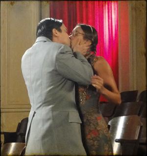 Em primeiro encontro, no cinema, Silvério tasca um beijão em Filó  (Cordel Encantado/TV Globo)
