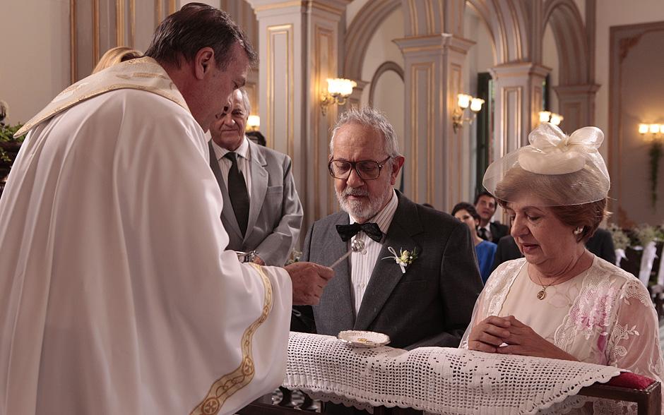 Padre benze as alianças do casamento