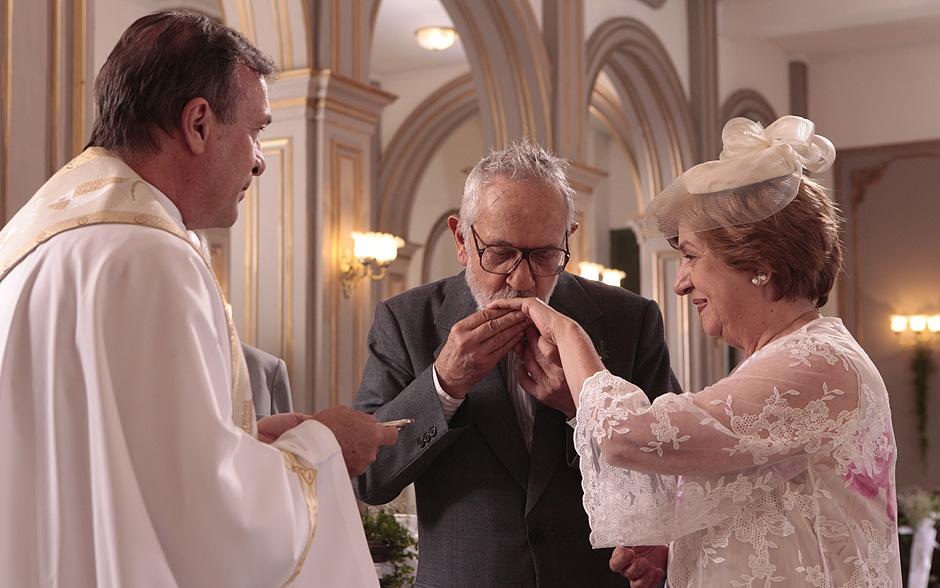 E depois beija a mão da noiva