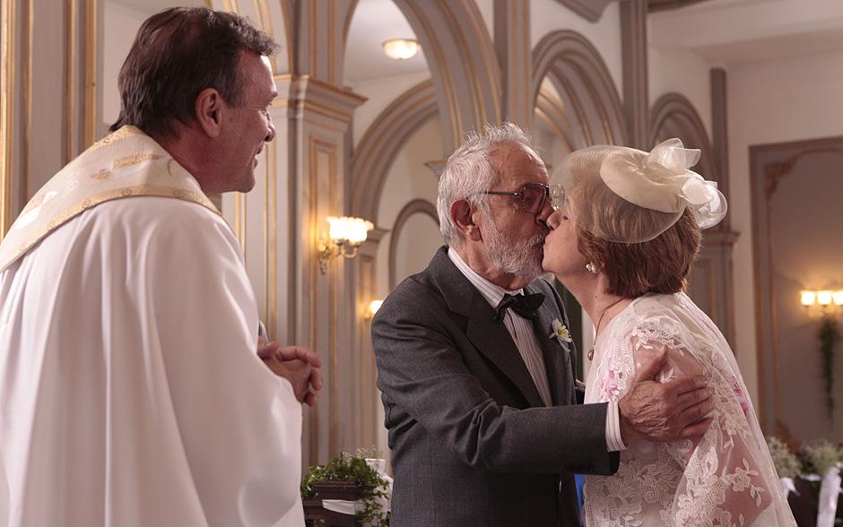 Plínio e Hortência se beijam ao fim da cerimônia