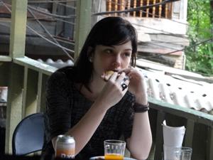 alexia comendo Malhação (Foto: Malhação / TV Globo)