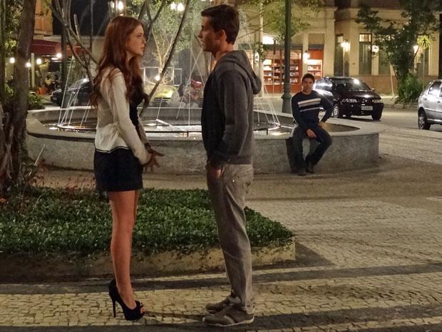 Guilherme conversa com Alice e Renato observa os dois de longe (Foto: Morde & Assopra/TV Globo)