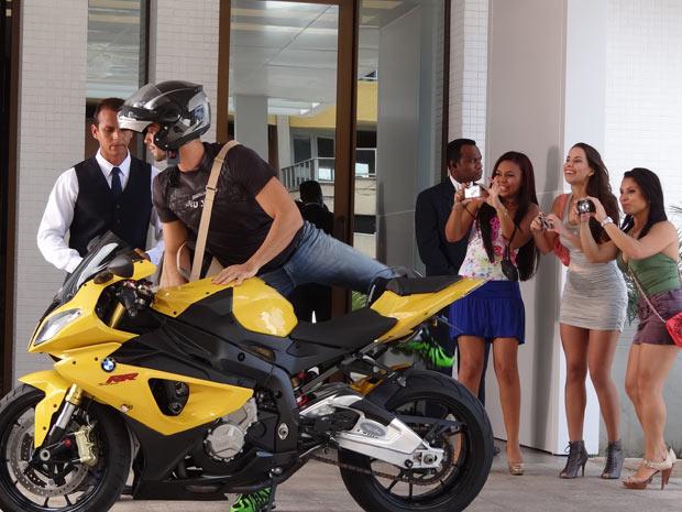 Na cena que vai ao ar a partir de quarta-feira, Wallace é assediado por fãs enlouquecidas em um hotel (Foto: Fina Estampa/TV Globo)