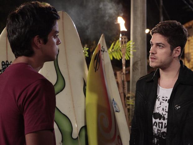 Rafael faz proposta de trabalho a Leandro (Foto: Fina Estampa/TV Globo)