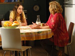 Vilma fala para Carolina sobre o site Tá Sozinho Pq Quer (Foto: Fina Estampa/TV Globo)