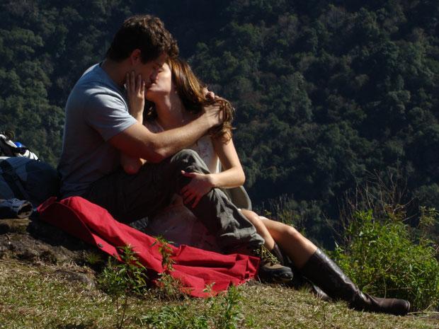 Rodrigo se declara a Ana e os dois se beijam