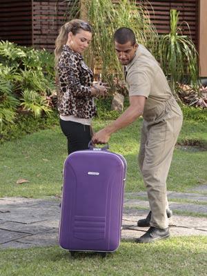 Matias carrega a única mala da madame (Foto: A Vida da Gente / TV Globo)