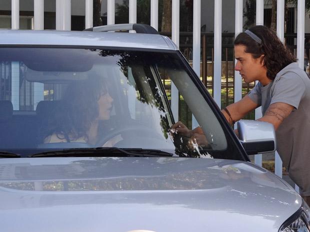 Daniel tenta convencer Patrícia a escutar suas explicações (Foto: Fina Estampa/TV Globo)