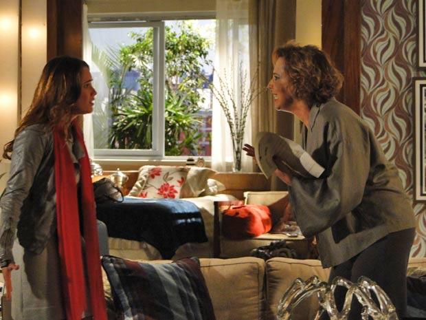 A mãe se descontrola enquanto Ana tenta explicar (Foto: A Vida da Gente / TV Globo)