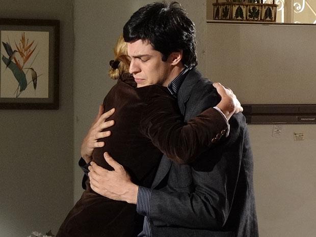 Ícaro não contém as lágrimas ao desabafar com Júlia (Foto: Morde & Assopra/TV Globo)