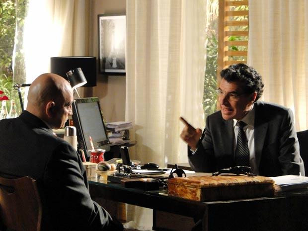 Jonas manda Cleber tirar tudo de Eva (Foto: A Vida da Gente / TV Globo)