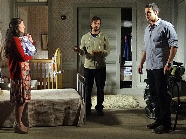 Cristiano chega e atrapalha o momento dos dois (Foto: Morde & Assopra/TV Globo)