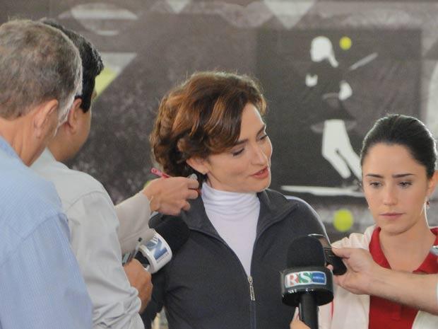 Vitória despista os jornalistas e Ana fica apática (Foto: A Vida da Gente / TV Globo)