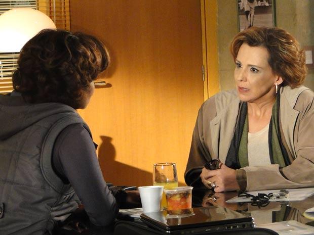 Eva fica chocada com a proposta de Vitória (Foto: A Vida da Gente / TV Globo)