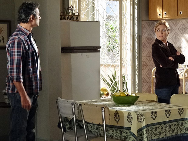 Abner e Júlia trocam farpas durante a conversa (Foto: Morde & Assopra/TV Globo)