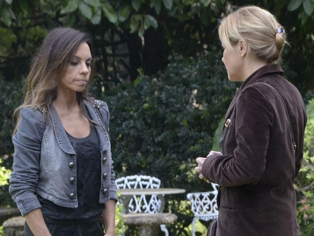 Amanda não gosta da insinuação de Júlia (Foto: Morde & Assopra/TV Globo)