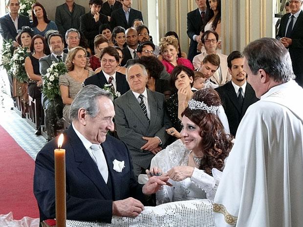 Cleonice e Eliseu trocam alianças apaixonados (Foto: Morde & Assopra / TV Globo)