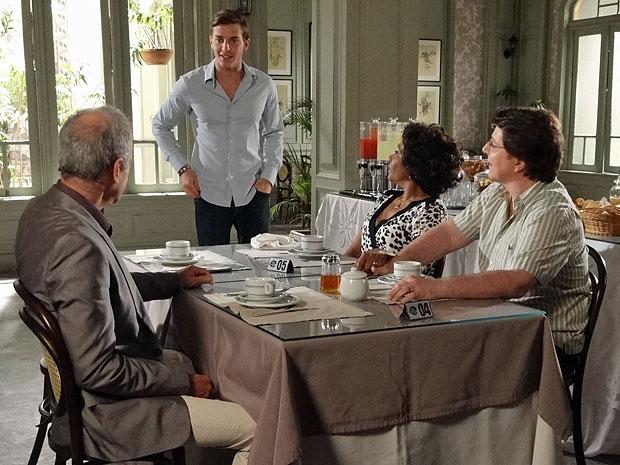 Guilherme fica animado ao descobrir que será dono do hotel (Foto: Morde & Assopra/TV Globo)