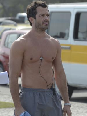 Malvino Salvador grava sem camisa (Foto: Fina Estampa / TV Globo)