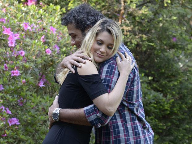 Naomi agradece convite de Abner e o abraça (Foto: Morde & Assopra/TV Globo)