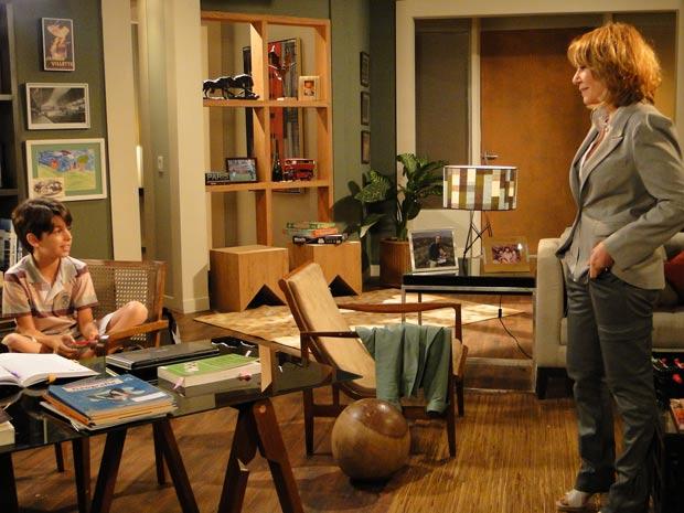 Danielle conversa com o sobrinho (Foto: Fina Estampa / TV Globo)