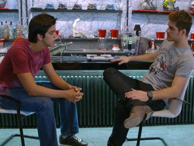 Rafael e Leandro conversam na Fashion Moto (Foto: Fina Estampa/ TV Globo)
