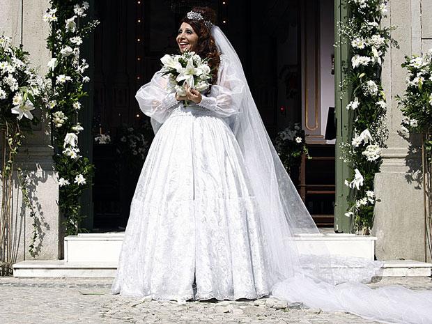 A noive contente na porta da igreja após o casório (Foto: Morde & Assopra / TV Globo)