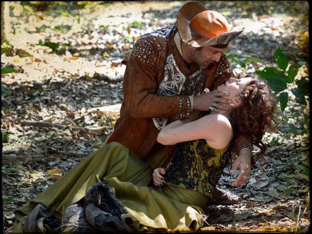 Herculano promete que vai salvá-la, mas já é tarde demais... (Foto: Cordel Encantado/Tv Globo)