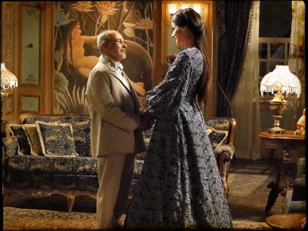 Batoré faz o pedido para Rainha Helena (Foto: Cordel Encantado/Tv Globo)
