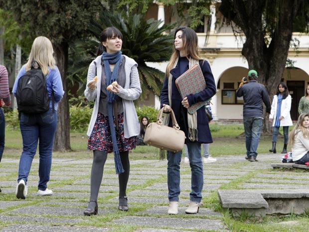 Manuela escuta a amiga Alice falar sobre a mãe biológica (Foto: A Vida da Gente / TV Globo)