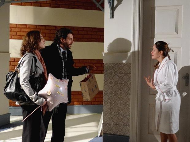 Ana explica aos futuros pais adotivos de Julia que voltou atrás na sua decisão (Foto: A Vida da Gente / TV Globo)