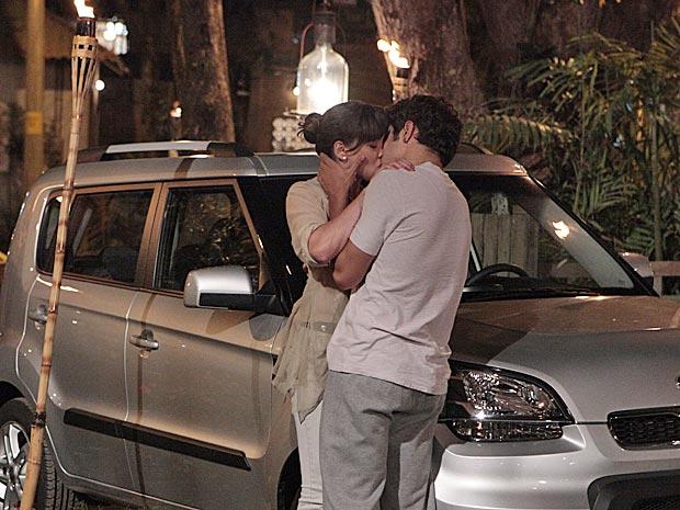 Antenor beija Patrícia e é correspondido (Foto: Fina Estampa/TV Globo)