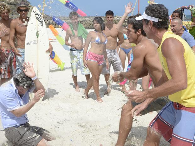 O pessoal da turma do vôlei logo aparece para ajudar Ferdinand contra Crô (Foto: Fina Estampa/TV Globo)
