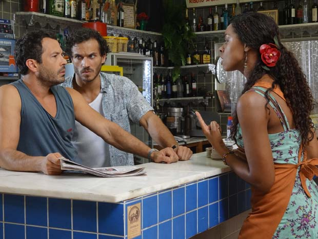 Dagmar briga com Quinzé por causa do escândalo (Foto: Fina Estampa / TV Globo)