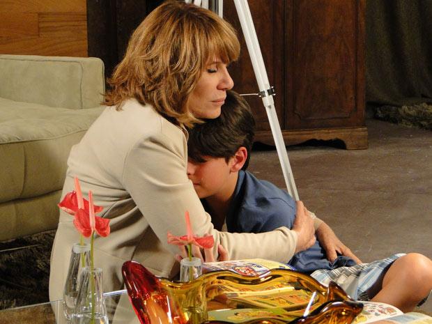 Danielle e Pedro se abraçam, emocionados, e médica promete que cuidará do sobrinho (Foto: Fina Estampa/TV Globo)