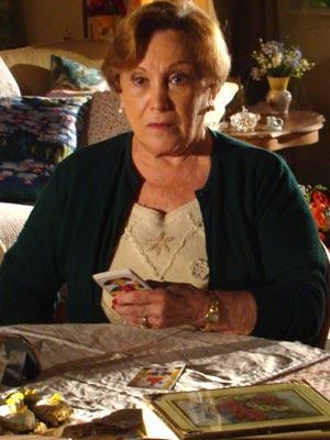 A avó sabe que algo errado está acontecendo (Foto: A Vida da Gente / TV Globo)