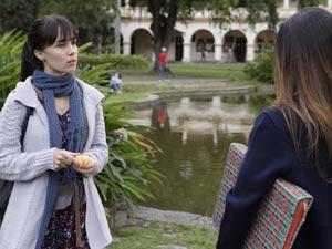 Manuela é atenciosa com a amiga (Foto: A Vida da Gente / TV Globo)
